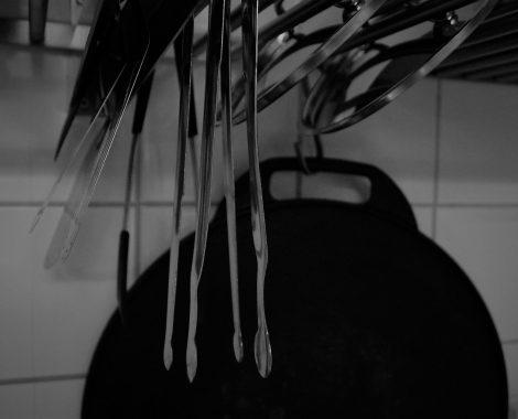 Närbild pincetter kök svartvit
